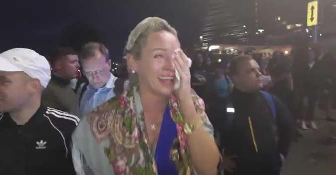Moteris gavusi ašarinių dujų